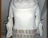 Strickbluse, Strickpullover mit Schlauchschal, Leinenspitze, Baumwolle, gestrickt, Unikat  Unikat - nur einmal verfügbar!  Bekleidung ist handgefertigt - gestrickt, gehäkelt, gewaschen, gebügelt  Farbe - Weiß, Grau  Material - 100% Baumwolle, Spitze - Leinen  Größe - 34-36 (Schneiderpuppe Gr. 36) siehe Skizze  Pflege - Handwäsche bei 30° oder in der Waschmaschine mit Wollprogramm - Schleudern - max. 500 Umdrehungen (am besten mit Haarschampoo&Conditioner für trockene Haare)  Die Teile sind nicht zusammengenäht, sondern zusammengehäckelt, damit sehr flexibel und dehnbar.  Versand: WELTWEIT KOSTENLOSER VERSAND Lieferzeit 3-5 Tage Angabe gilt nur für Lieferungen nach Deutschland. Für Lieferungen in andere Länder kann die Dauer abweichen.  Geschätzte Versandzeiten: Deutschland: 3-5 Werktage  Saudi-Arabien: 2-4 Wochen  USA: 1-4 Wochen  Europa: 1-2 Wochen   Aufgrund der Lichtverhältnisse bei der Produktfotografie und unterschiedlichen Bildschirmeinstellungen kann es dazu kommen, dass die Farbe des Produktes nicht authentisch wiedergegeben wird.  Alle Preise inkl. MwSt. (Kleinunternehmer:  kein Ausweis der MwSt. in der Rechnung)