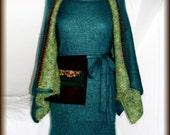 Strickkleid mit Stola,Tasche und Collier - gestrickt, 100% Mohair, Unikat  Unikat - nur einmal verfügbar!  Kleid ist handgefertigt - gestrickt, gehäkelt, gewaschen, gebügelt  Kette/Collier - Jade Grün, facettiert, versilbert  Farbe - Grün  Material - 100% Mohair ( (Ziege Mohair - Glanz und Elastizität, weniger filzt und gegen Verschleiß wiederstandfähig ist,sehr hautsympathisch und weich)  Tasche - echte Feder, Kamelwolle gefilzt  Größe - 34-36 (Schneiderpuppe Gr. 36) siehe Skizze  Pflege - Handwäsche bei 30° oder in der Waschmaschine mit Wollprogramm - Schleudern - max. 500 Umdrehungen (am besten mit Haarschampoo&Conditioner für trockene Haare)  Die Teile sind nicht zusammengenäht, sondern zusammengehäckelt, damit sehr flexibel und dehnbar.  Versand: WELTWEIT KOSTENLOSER VERSAND Lieferzeit 3-5 Tage Angabe gilt nur für Lieferungen nach Deutschland. Für Lieferungen in andere Länder kann die Dauer abweichen.  Geschätzte Versandzeiten: Deutschland: 3-5 Werktage  Saudi-Arabien: 2-4 Wochen  USA: 1-4 Wochen  Europa: 1-2 Wochen   Aufgrund der Lichtverhältnisse bei der Produktfotografie und unterschiedlichen Bildschirmeinstellungen kann es dazu kommen, dass die Farbe des Produktes nicht authentisch wiedergegeben wird.   Alle Preise inkl. MwSt. (Kleinunternehmer:  kein Ausweis der MwSt. in der Rechnung)