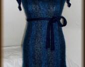 Mohairkleid, Strickkleid, Wollkleid gestrickt mit Schlauchschal und Gürtel, Unikat  Unikat - nur einmal verfügbar!  handgefertigt - gestrickt, gehäkelt, gewaschen, gebügelt  Farbe : Dunkelblau meliert  Pflege: Handwäsche bei 30° oder in der Waschmaschine mit Wollprogramm - Schleudern - max. 500 Umdrehungen (am besten mit Haarschampoo&Conditioner für trockene Haare)  Die Teile sind nicht zusammengenäht, sondern zusammengehäkelt, damit sehr flexibel und dehnbar.  Größe: 34-36 siehe Skizze (Schneiderpuppe Gr. 36)  Verwendete Materialien: Mohair (Ziege Mohair - Glanz und Elastizität, weniger filzt und gegen Verschleiß wiederstandfähig ist)  Herstellungsart: gestrickt, gewaschen und gebügelt  Versand: WELTWEIT KOSTENLOSER VERSAND Lieferzeit 3-5 Tage Angabe gilt nur für Lieferungen nach Deutschland. Für Lieferungen in andere Länder kann die Dauer abweichen.  Geschätzte Versandzeiten: Deutschland: 3-5 Werktage  Saudi-Arabien: 2-4 Wochen  USA: 1-4 Wochen  Europa: 1-2 Wochen   Aufgrund der Lichtverhältnisse bei der Produktfotografie und unterschiedlichen Bildschirmeinstellungen kann es dazu kommen, dass die Farbe des Produktes nicht authentisch wiedergegeben wird.  Alle Preise inkl. MwSt. (Kleinunternehmer:  kein Ausweis der MwSt. in der Rechnung)