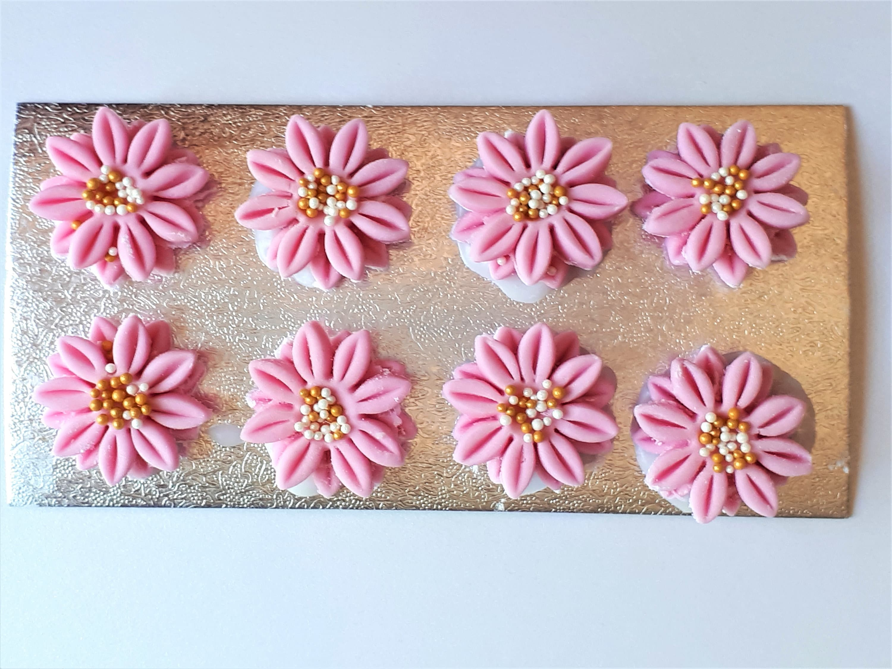 Pretty Blush Pink Edible Daisy Sugar Flowers Cake Toppers Pk 18