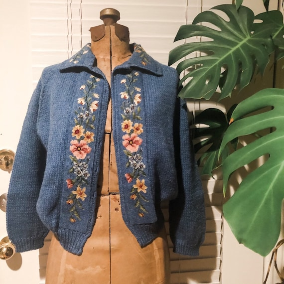 50s hand knit blue floral cardigan / hand knit swe