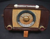 An Antique Bakelite Cased Zenith Model G615 Tube Radio in Great Overall Condition and Ready to Play