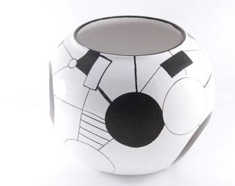Graphic black & white vase