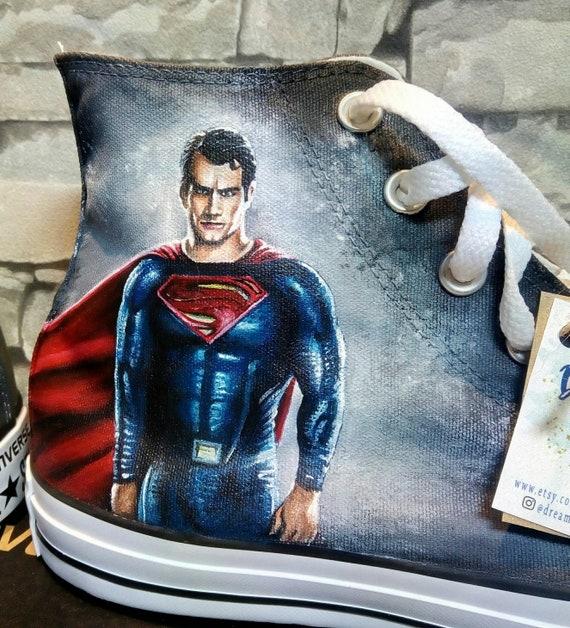 Superman von Hand bemalt Converse Schuhe, niedrige Tops, handgefertigte Schuhe, Superhelden Logo, DC Helden, DC Comics Schuhe
