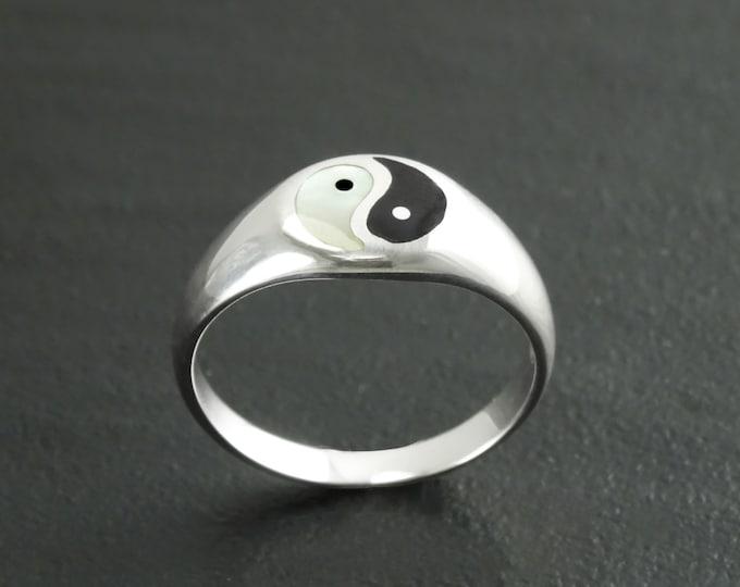 Yin Yang Ring, Sterling Silver Ring, ONYX & Mother of Pearl, Taoist Zen Spirit Jewelry, Man Woman Ring, Balance Yoga Ring, Round Signet Ring