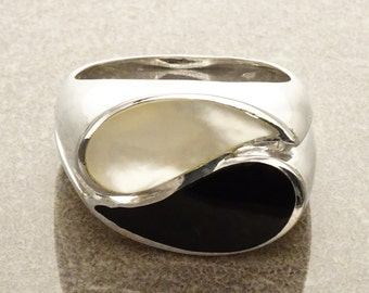Yin Yang Ring - Black & White Ring - Sterling Silver - Band Ring - Mother of Pearl - Black Onyx - Modern Ring -  Design Ring . Statement.