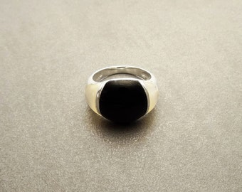 Bicolor Stones Ring Sterling Silver, Domed Band jewelry, White Mother of Pearl, Black Onyx Stone, Minimalist Modern Design