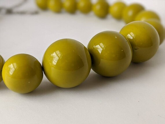 Vintage Retro Style Avacado Green Bubble Ball Chunky Statement Necklace