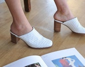 Vintage White Leather Mules, White Woven Heeled Mules Size 7 9 41, Vintage Slip On Shoes, 90s White Mules Clogs