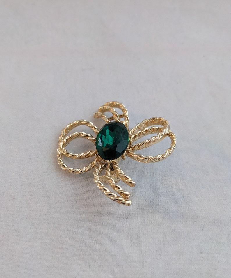 Old Fashioned Jewelry Stylish Vintage Gold Tone Bow or Flower Brooch with Large Green Stone