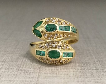 Vintage 18kt gold ring with emeralds and natural diamonds