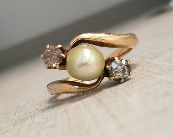 Vintage 14kt gold Ring with pearl and natural diamonds antique cut.