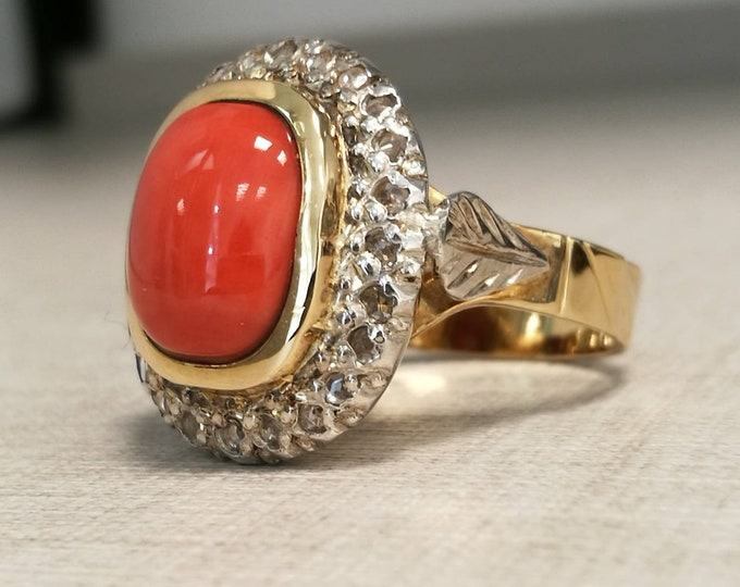 Vintage 18kt gold ring with red coral and natural diamonds antique cut.