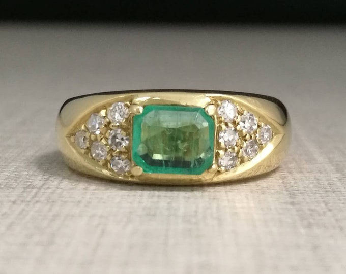 Vintage 18kt gold Ring with emerald and natural diamonds.