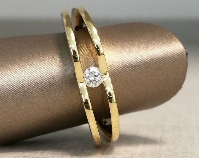 Particular 18kt gold ring and bright natural diamond cut.