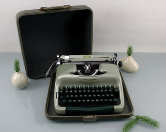 Vintage. Rare VOSS vintage typewriter model: S24 green. FABULOUS CONDITION. All maintenance new