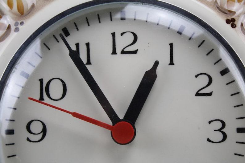 C'est vintage. Horloge murale des années 70 horloge murale Fat Lava montre des années 70 horloge de cuisine Mid Century horloge murale