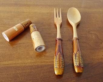 Salatbesteck mit Salz und Pfefferstreuer aus Holz und Keramik von Hostess