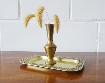 kleine Messing Vase auf goldfarbenem Tablett, goldenes Wohndekor
