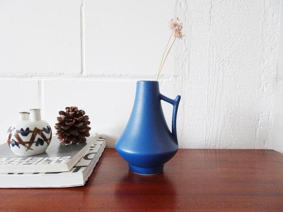matt blaue Henkelvase, Krugvase, dunkelblaue Vase Mid Century