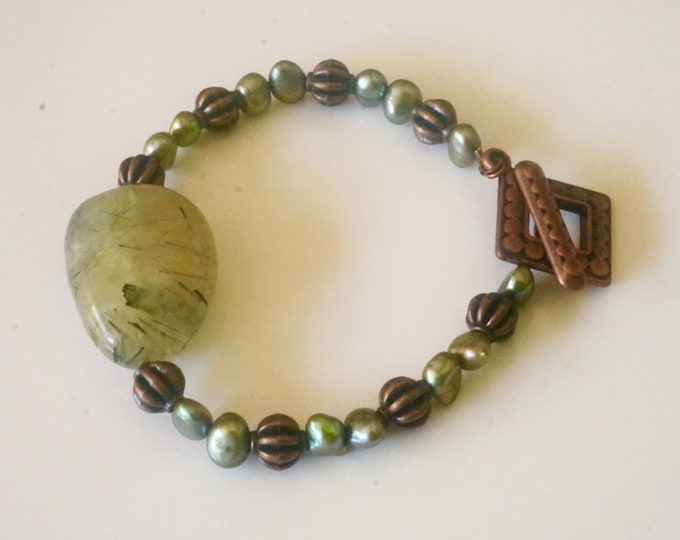 Free Shipping! Handmade Bracelet in Prehnite Freshwater Pearls and Copper Beads