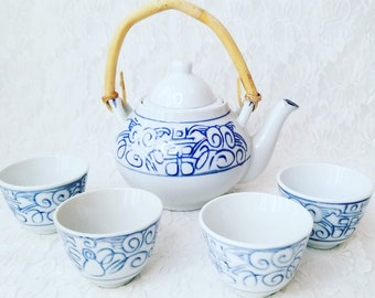 Tea Pot and Tea Cups ~ Blue & White ~ Vintage LOT 5-pc ~ Chinese Blue White Porcelain Teapot w/ Bamboo Handle with 4 Cups Set