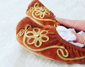 Antique Hand Sewn Slippers ~ Vintage Women ~ Velvet Felt Slippers ~ Hand Embroidered ~ Folklore Shoes ~ Elf Toe ~ Pointy Toe
