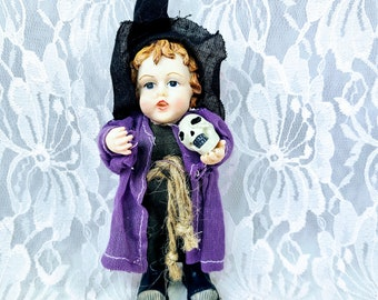 """Vintage Little Witch Holding a Skull Halloween Resin Sculpture 6"""" Figurine ~ K's Collection ~ Halloween Décor ~ Fall Decoration"""