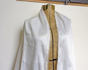Ivory raw silk wedding shawl made in Quebec. Wedding escape in natural white silk