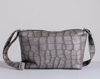 Large faux leather handbag with adjustable shoulder strap. Minimalist and eco-responsible bag handmade in Quebec.