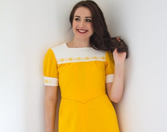Vintage 1960s dress - Yellow 60s dress with daisy patterned collar