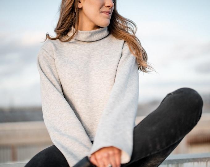 Women's minimalist fleece sweatshirt with mock neck
