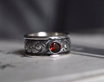 Stering Silver and Garnet Floral Spinner Ring. Size 7