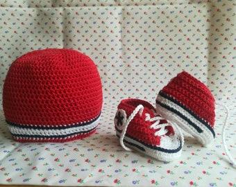 Set cappellino e scarpine stile CONVERSE a uncinetto 6d3e6d998956