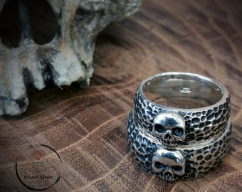 Skull wedding ring with hammered textures, Skull alliances