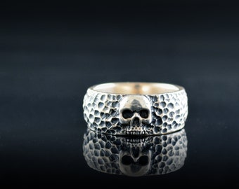 Skull wedding ring with hammered textures
