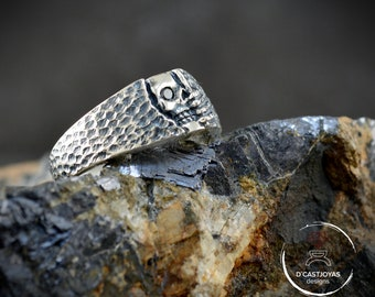 Silver skull band ring with hammered texture ,  Wedding skull ring, Mens Jewelry, Handcrafted, Goth