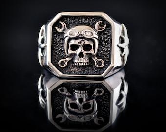 Silver biker skull signet ring, Memento more ring