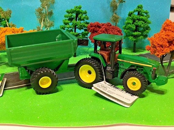 John Deere, Ertl, Farm Toy Tractor 46577 Agriculture Tractor & Feed Wagon