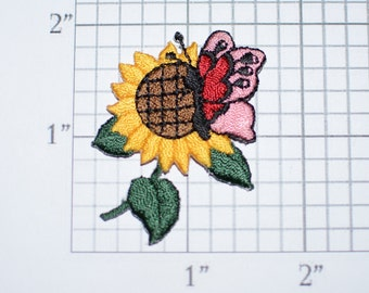 Butterfly on Sunflower Iron-On Vintage Embroidered Patch for DIY Craft Idea Clothing Clothes Repair Fashion Accent Cute Decorative Adornment