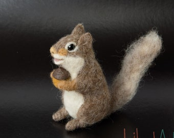 Squirrel with accorn, Needle felted squirrel decor, Felted animals, Gift for her, Farmhouse decor, Woodland squirrel, Felt squirrel gift