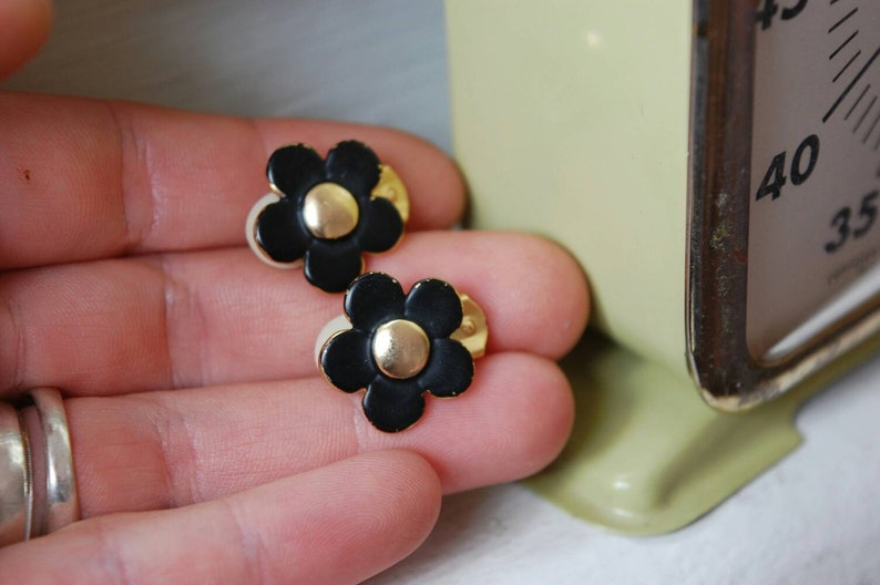 Earrings clips on small flowers black and gold Jewel vintage beautiful Boutique old but gold Inspirational Montreal BizouCarcajou