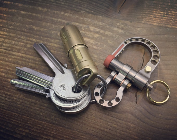 EDC Ti-Shackle Keychain / Brass Ring wit Anodized Gold