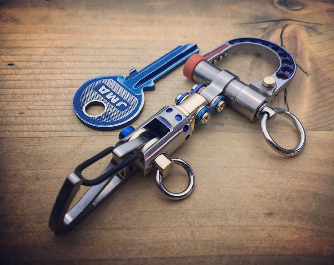 The guide - TOP / Titanium Edc Keychain Bi-Carabiner, with swivel takes turns.