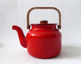 Vintage Japan red enamel teapot. Enamelled coated metal. Modernist Danish Modern style enamelware tea kettle. Bent formed wood handle. Retro