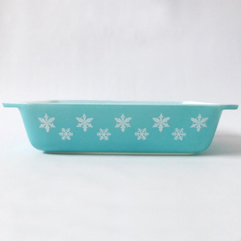 Pyrex JAJ Turquoise & white Snowflake space saver 2162. image 0