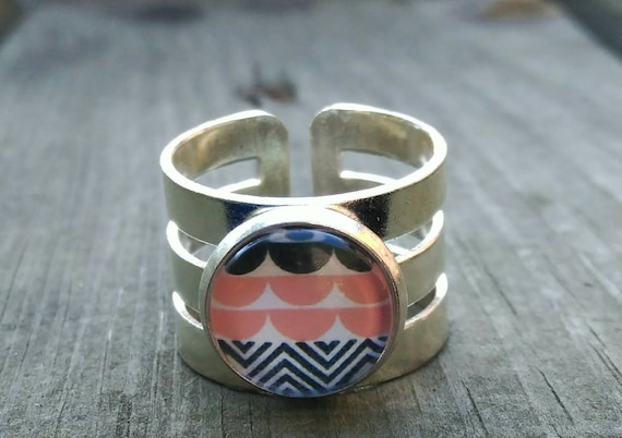 Crystal Cabuchon Ring with Pink and Black Waves and Chevrons