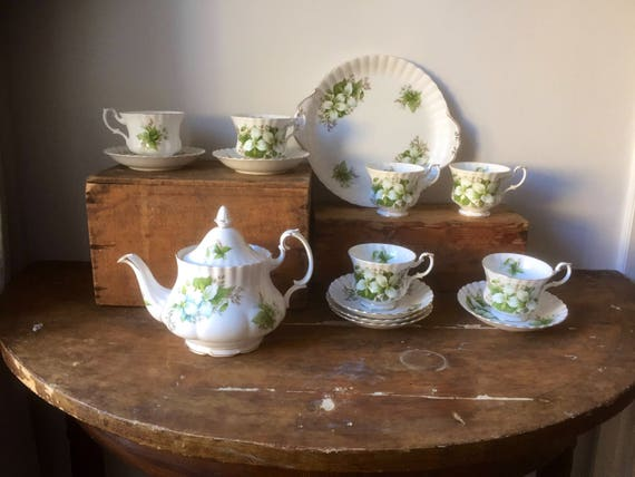 Victorian /Royal Albert/trillium/china/porcelain/Teapot/teacups and saucers/cookie/sandwich/plate