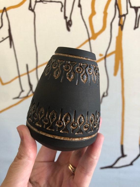 Ulla Winblad for Alingsås Keramik small brown relief vase with beige orange pattern