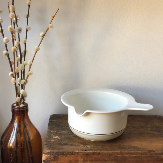 Vintage Arabia serving gravy bowl with spout and handle Arctica Seita/Design: Raija Uosikkinen 1975-81.
